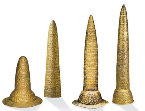 Dans l'ordre :  - Le cône de Schifferstadt (Allemagne), vers 1500-1250 av. J.C. - Le cône d'Avanton - Le cône de Berlin (vers 1000-800 av. J.C.) - Le cône d'Ezelsdorf (Allemagne) vers 1000-800 av. J.C.