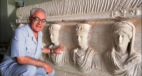 Khaled al-Assaad devant un sarcophage du Ier siècle exposé dans la fameuse ville antique. (Getty Images - Source)
