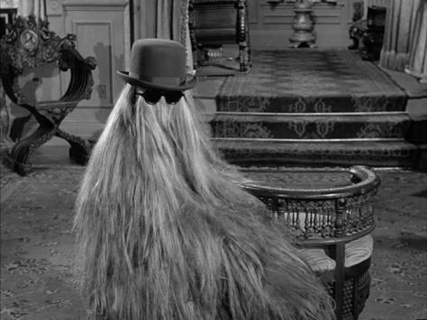 L'un des premiers Cousin Machin de la Famille Addams. On retrouve les lunettes de soleil qui indiquent l'emplacement des yeux et donne une allure anthropomorphique au personnage, le rendant plus humain et... plus effrayant en même temps.