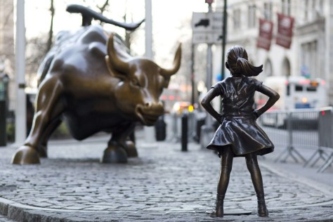 Fearless Girl, Kristen Visbal pour la State Street Global Advisors, Sculpture en bronze, 121, 92 cm de haut, 2017, Bowling Green, Broadway & Morris St, New York, NY 10004, États-Unis.