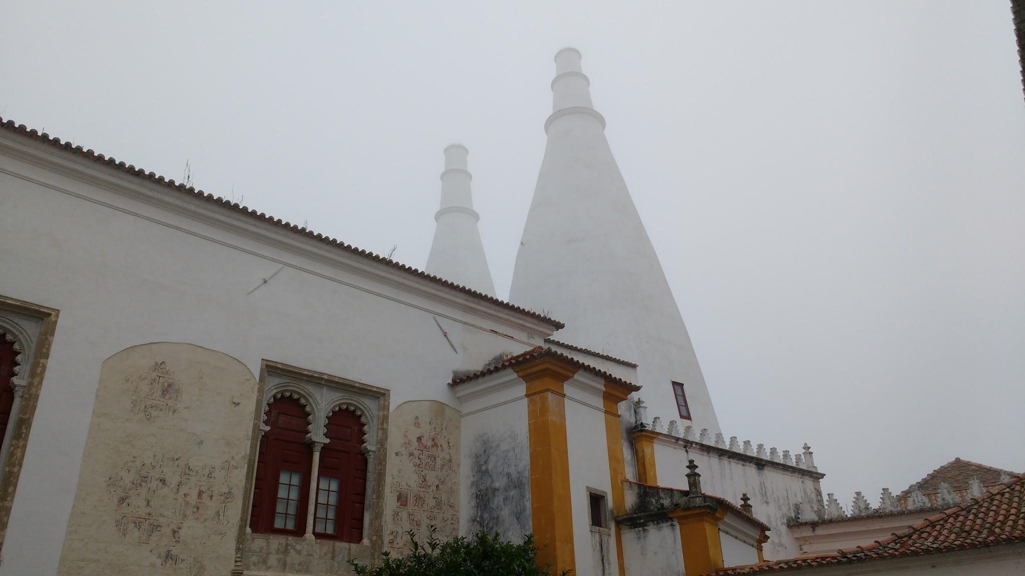 Vue sur les deux cheminées du palais, elles aussi dans le brouillard.