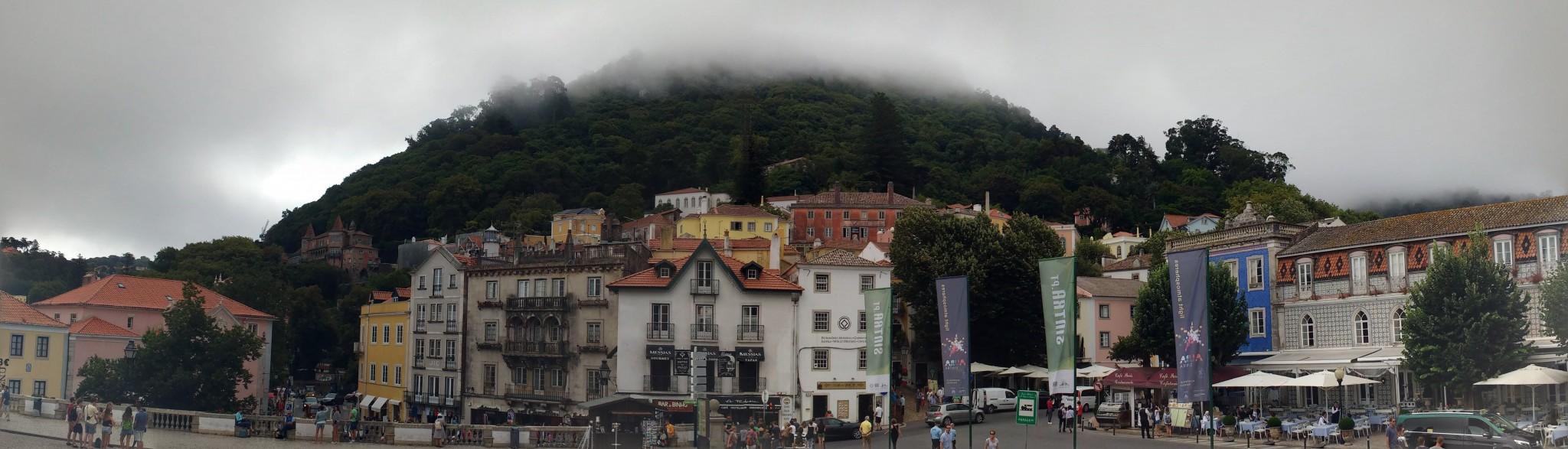 Le brouillard ne permettait même pas de voir les hauteurs de la ville de Sintra. Impressionnant de voir cette colline disparaître dans les nuages !