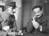 Deux soldats jouant aux cartes dans le studio d'Anna Coleman Ladd.