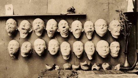 Moules en plâtre d'Anna Coleman Ladd. On peut y voir les différentes étapes du travail de l'artiste : en haut, le visage des soldats blessés, tels qu'ils arrivent au studio. Au milieu leur visage remodelé par l'artiste. En bas le masque final, qui viendra couvrir les parties du visage abîmé au combat.