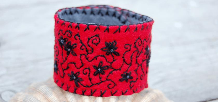 Vilten armband in rood en zwart