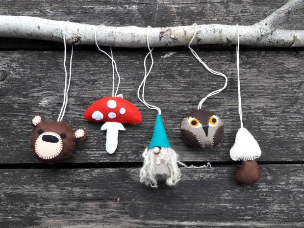 Creatieve babyshower - mobile van vilt bij Studio Paars sprookjes woodland kabouter paddestoel paddenstoel beer uil wol