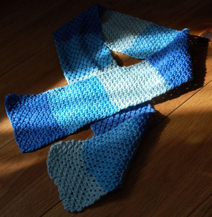een blauw gebreid dasje voor een kind door studio paars