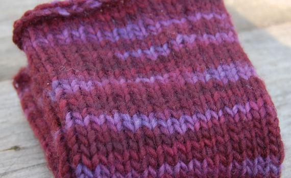 paarse gebreide polswarmers door studio paars