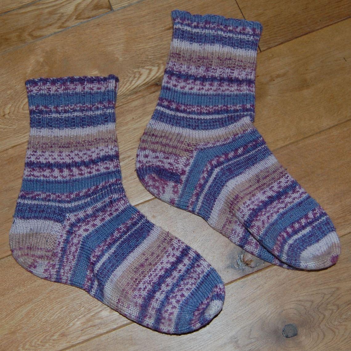 zelfgebreide sokken in paarstinten van studio paars