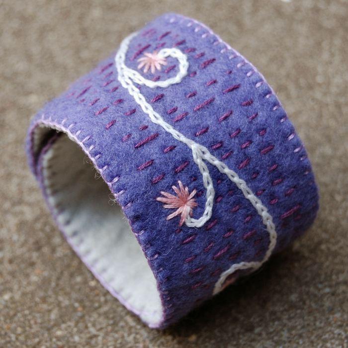 geborduurde vilten cuff armband in lavendel door studio paars