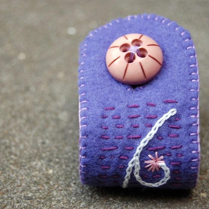 geborduurde vilten armband in lavendel door studio paars