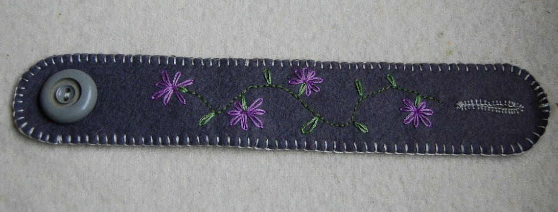 het prototype van de geborduurde armbanden van vilt door studio paars
