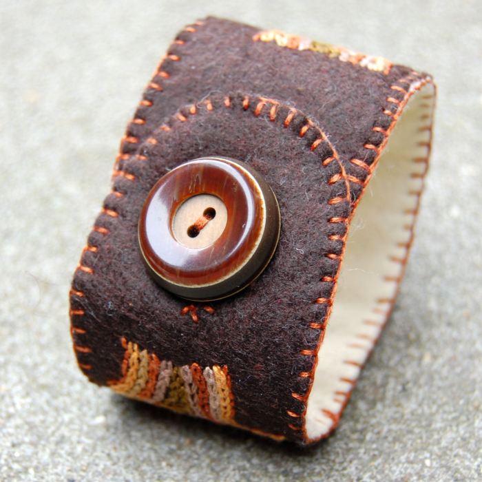 geborduurde vilten armband in bruintinten door studio paars