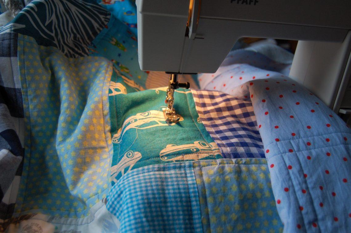 de lapjesdeken: het doorstikken van de quilt door studio paars