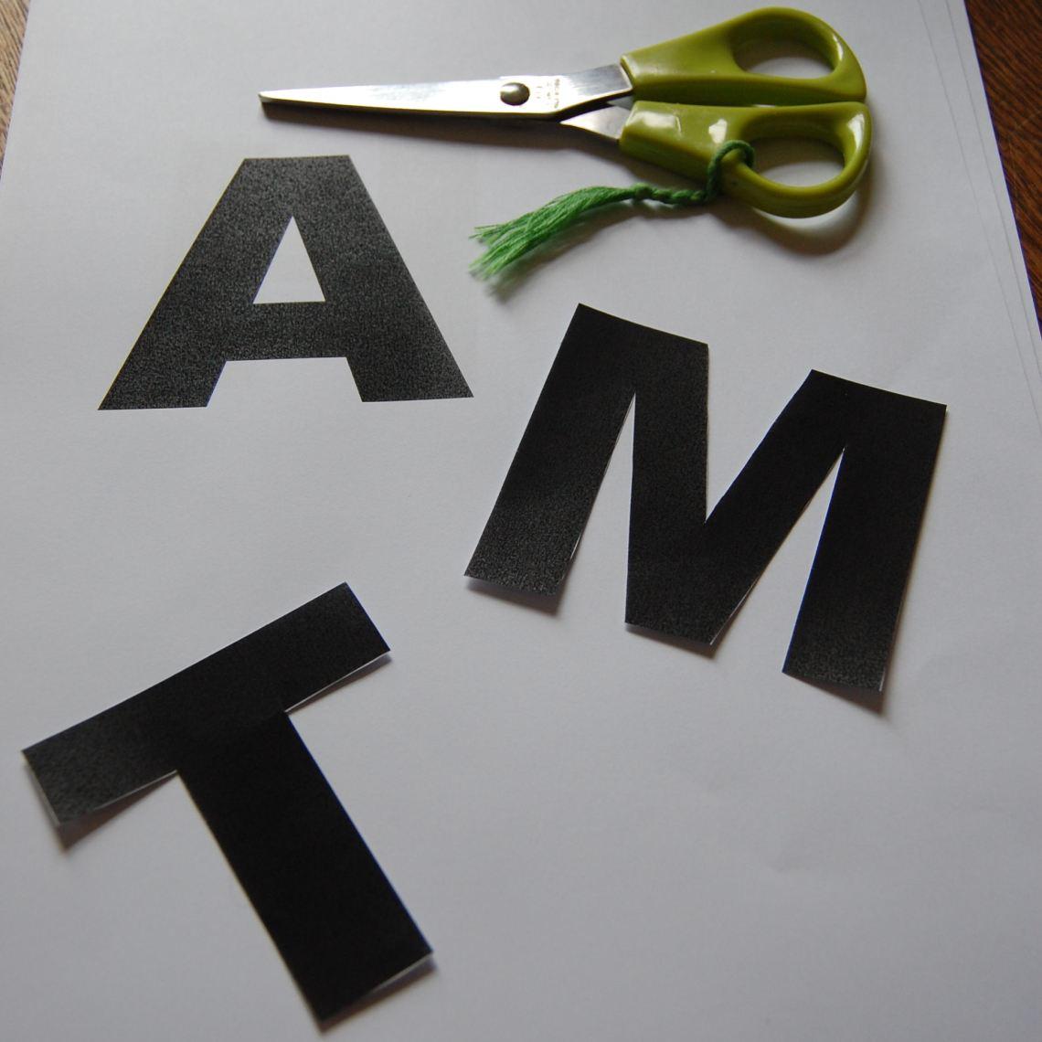 de letters uit het papier geknipt door studio paars