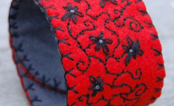 geborduurde vilten armband rood met zwart door studio paars