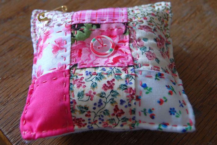 patchwork speldenkussen voor moederdag door studio paars