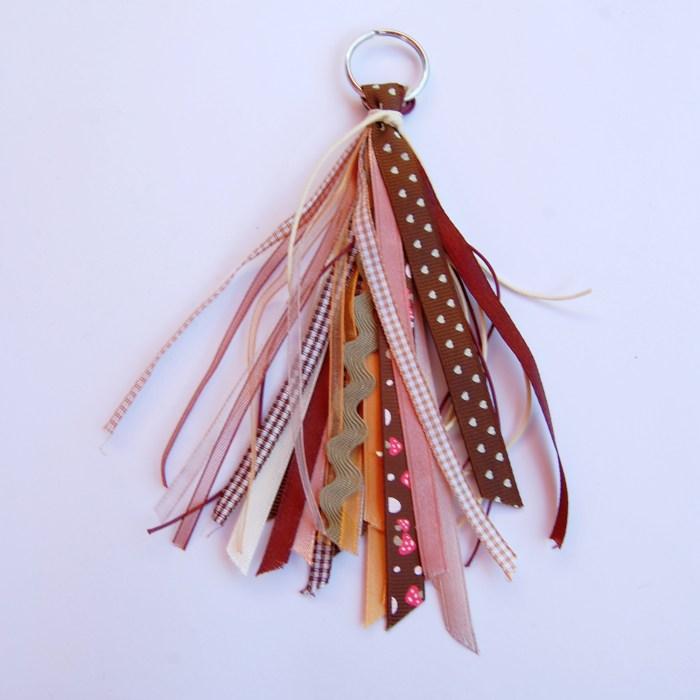 bruine hanger met linten door studio paars
