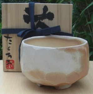 Takuro Shibata chawan with cut foot made in Shigaraki with signed wooden box. Height: 8.9 cm (3.5 inches). Maximum diameter: 13.2 cm (5.2 inches). Price £120