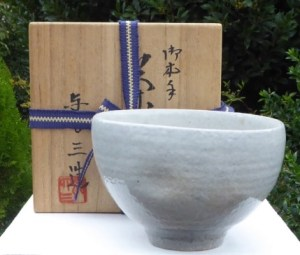 Yoshizo Asami IV (b. 1960) boxed Kyo chawan with incised mark. Height: 8.4 cm (3.3 inches) and a maximum diameter of 12.7 cm (5.0 inches). Price: £100