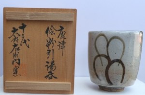 Taroueman Nakazoto XIII kiln - Wood-fired Karatsu yunomi with impressed kiln mark & signed wooden box. Height: 8.9 cm (3.5 inches) and maximum width 7.6 cm (3.0 inches). Price £125