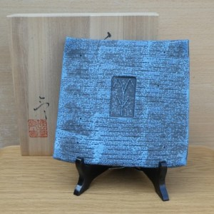 Reikichi Kato (b. 1953).  A stoneware Seto platter with upturned corners. Potter's seal mark on the reverse. The maximum height is 1.8 cm (0.7 inches) and it is 18.3 cm square (7.2 inches). Price £95