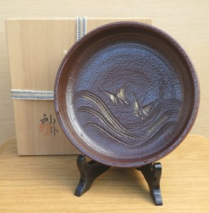 Sho Kato (1927 - 2001). A Seto stoneware bowl with incised decoration and potter's mark within the foot ring. Kato san was an Intangible Cultural Property of Aichi Prefecture. The height is 5.1 cm (2.0 inches) and external diameter is 18.5 cm (7.3 inches). Price £165