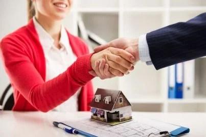 persone si stringono le mani dopo accordo su affitto
