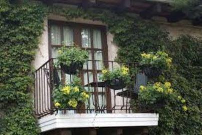 Un piccolo balcone con fiori