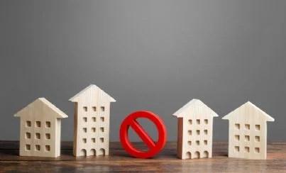 case con segnale di divieto per abusivismo