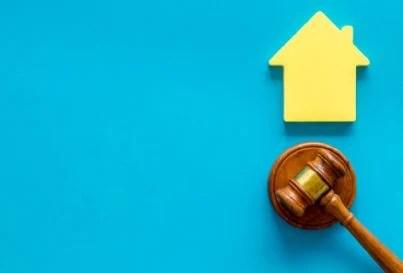 casa e martello proprietà in condominio