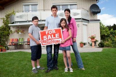 casa messa in vendita con famiglia triste