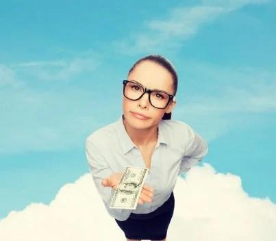 donna preoccupata con in mano pochi soldi