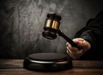 giudice con martello in tribunale