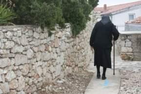 anziana donna vedova con bastone