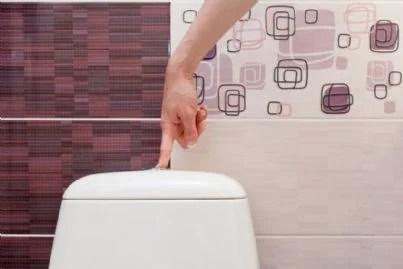 tirare sciacquone in bagno
