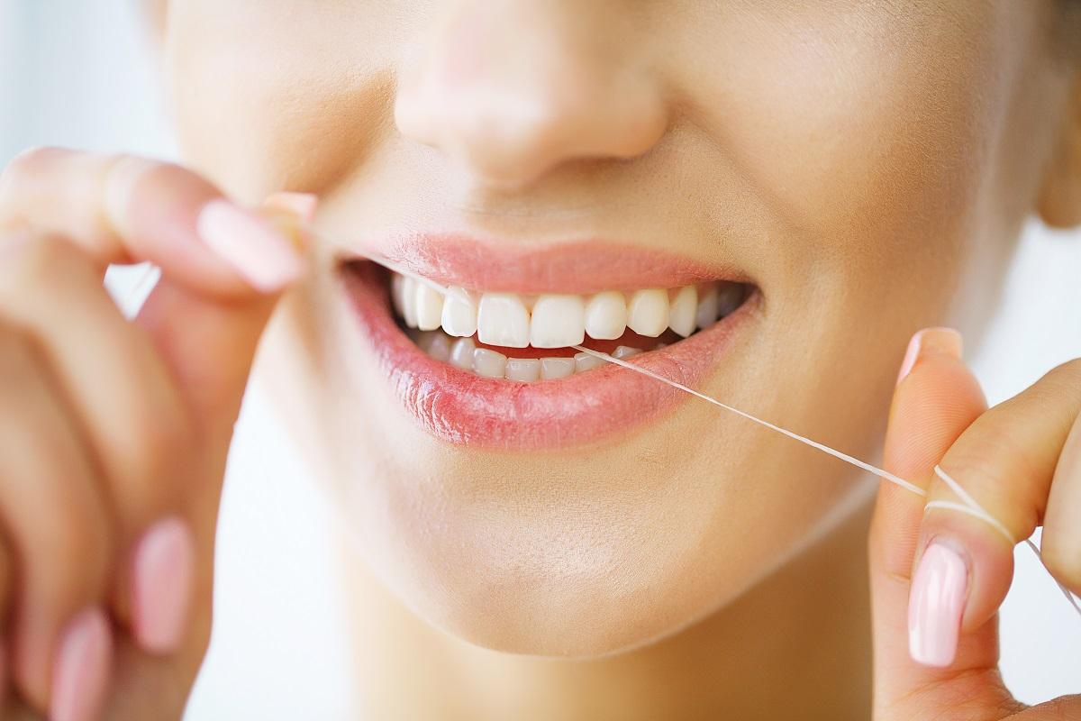 Come utilizzare al meglio il filo interdentale per preservare la salute orale