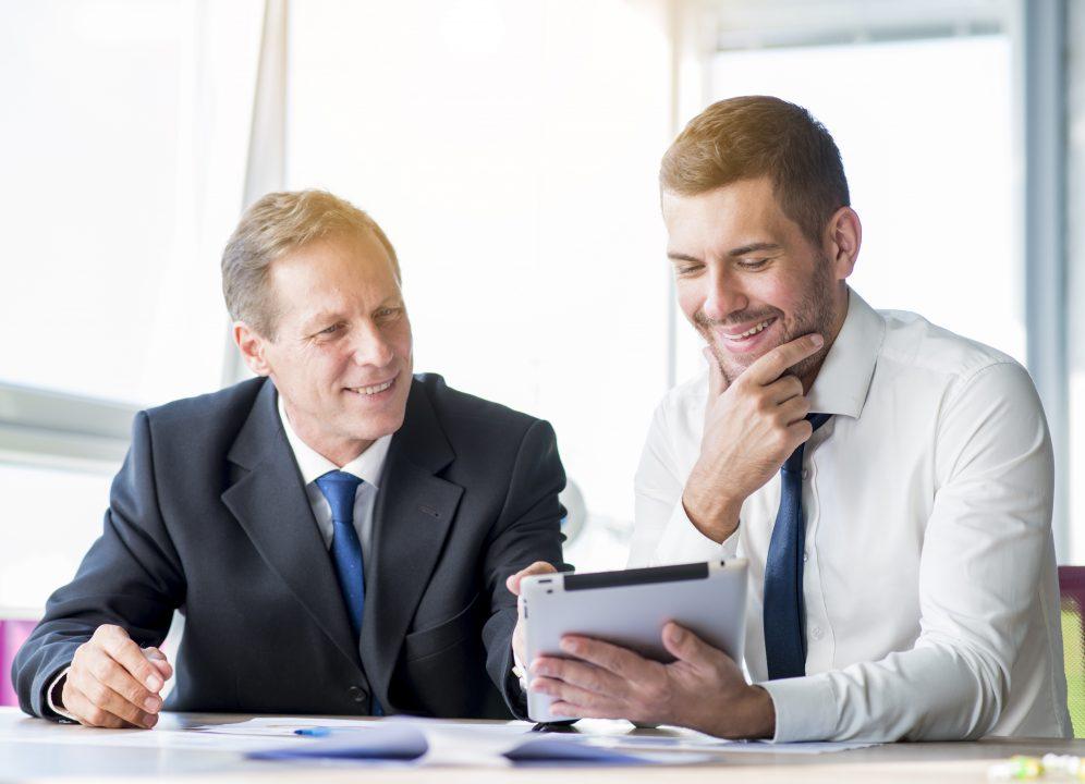 Dois homens de negócio conversando e sorrindo