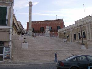 1280px-Le_colonne_della_Via_Appia_a_Brindisi[1]