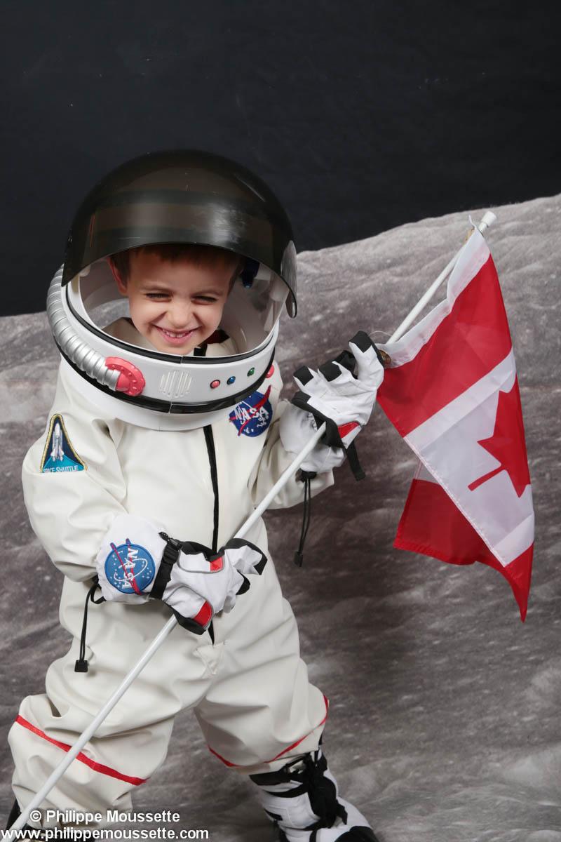 Petit garçon avec drapeau du Canada