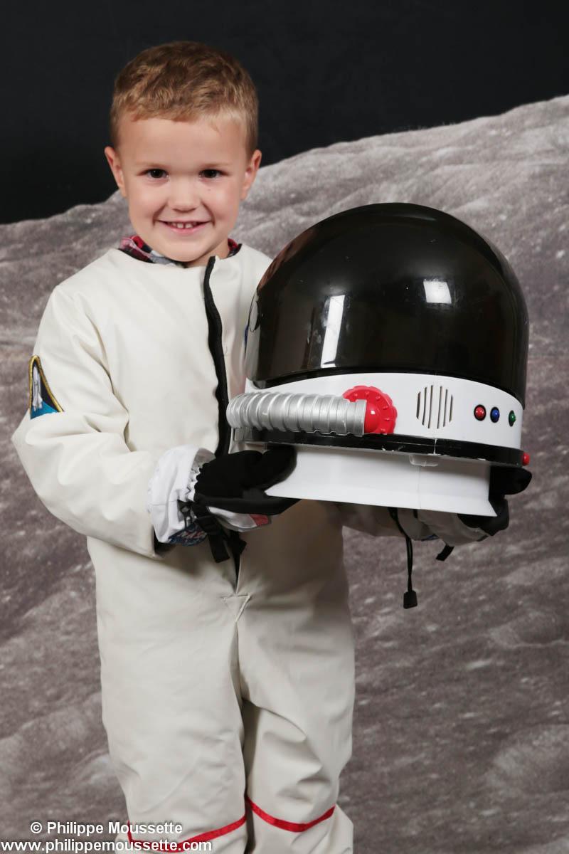 Petit astronaute avec son casques