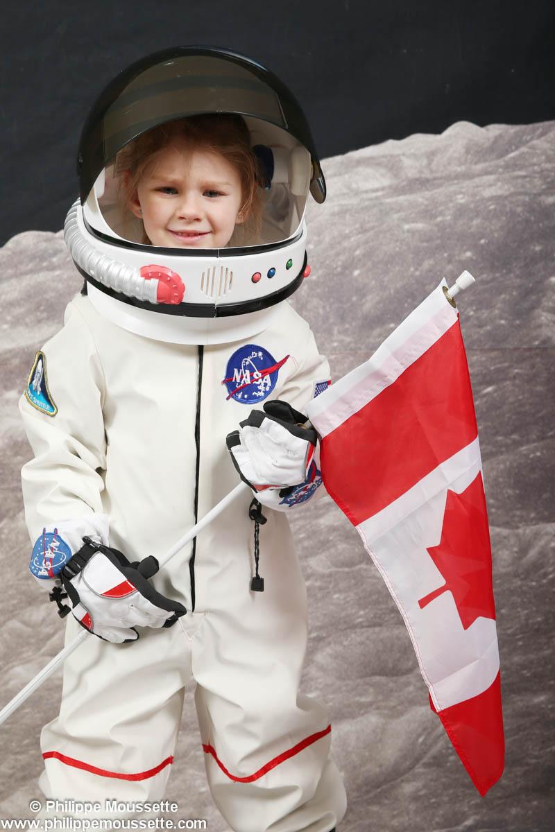 Petite fille astronaute avec drapeau