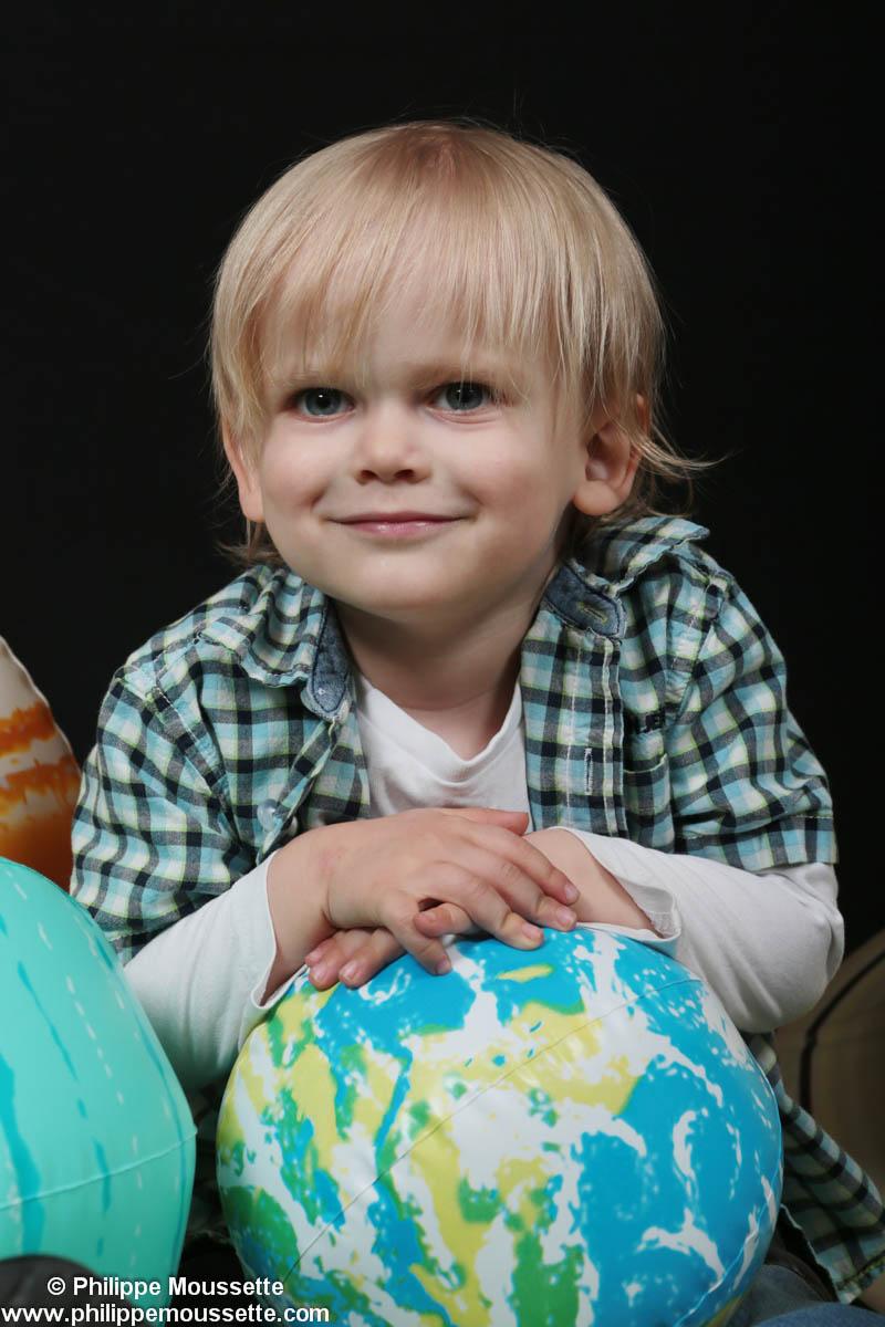 Petit garçon avec planète Terre