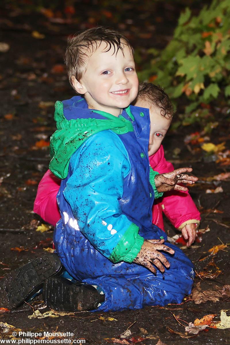 2 enfants qui jouent dans la boue
