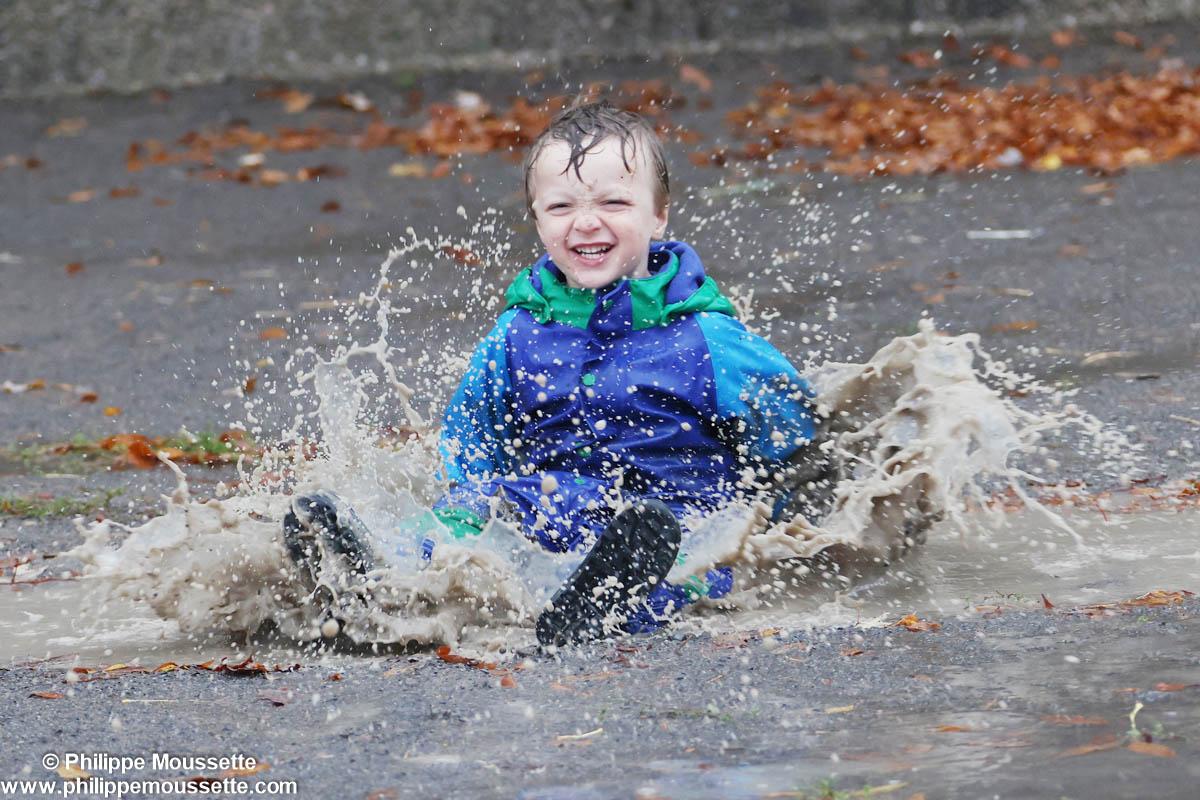 Garçon qui saute dans l'eau