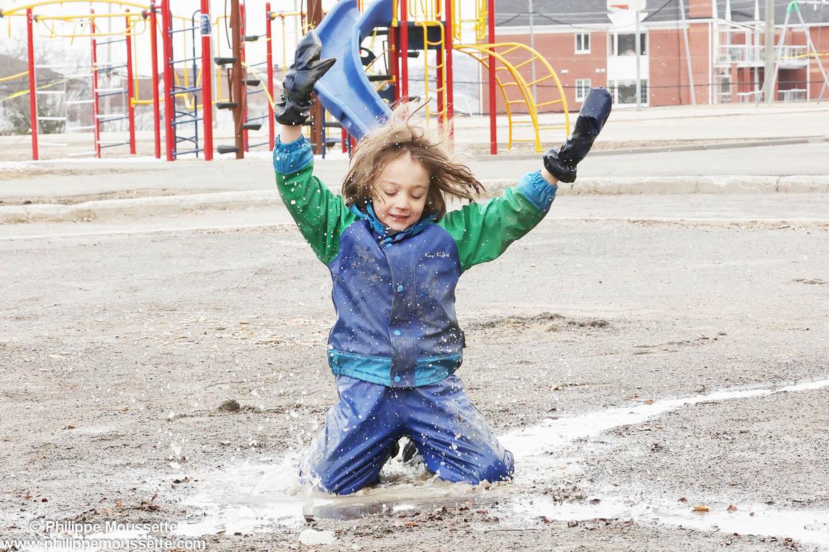 Enfant qui saute dans la boue