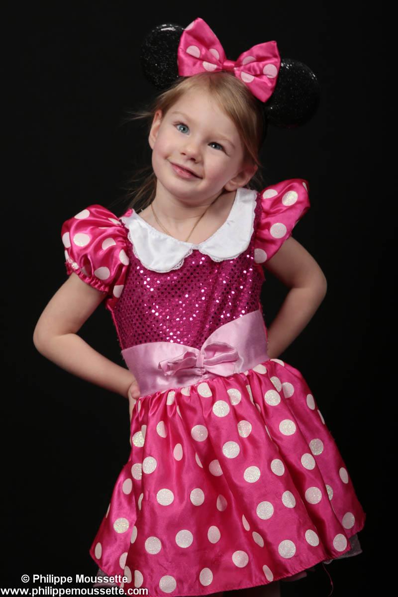 Fille déguisée en Minnie Mouse