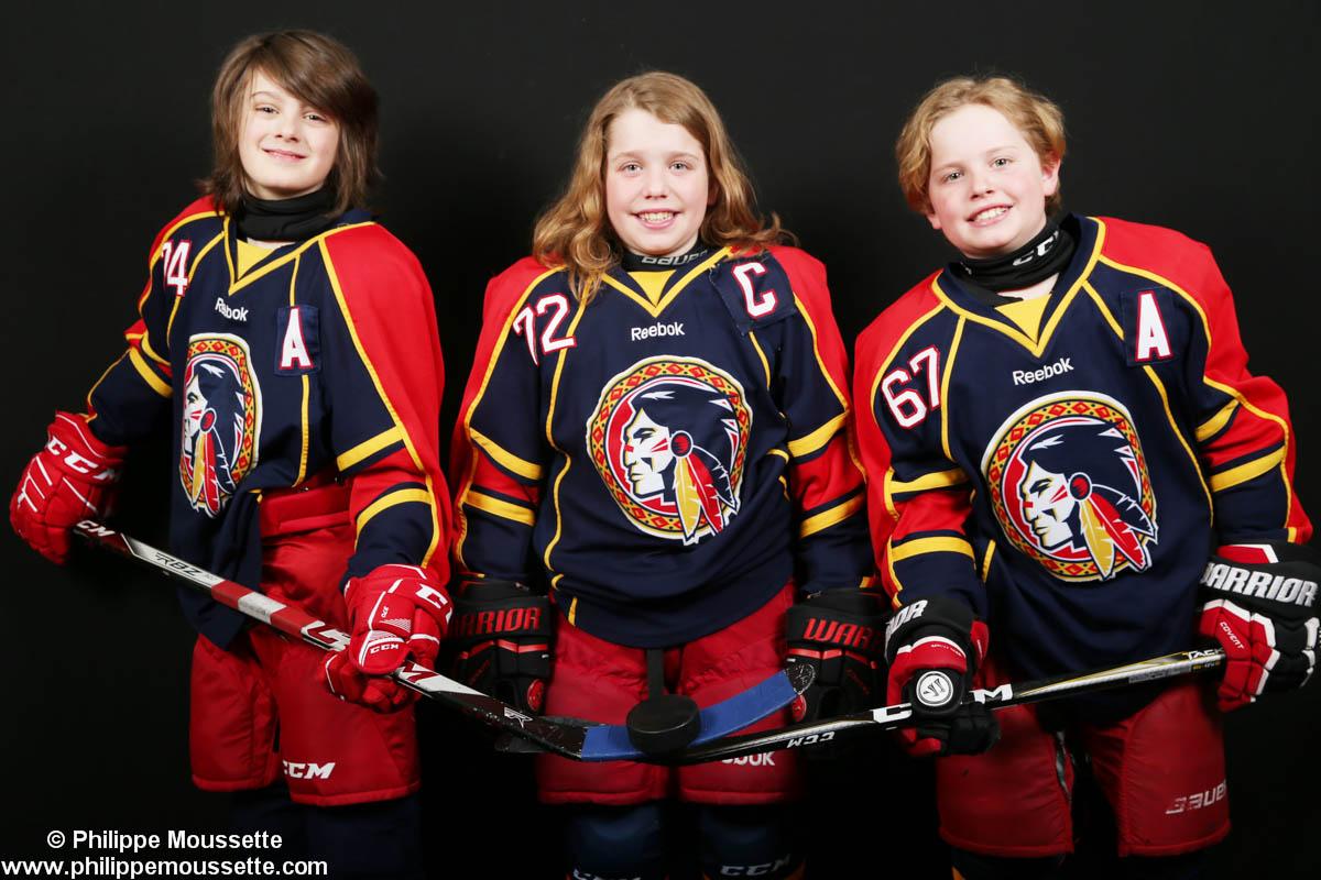 Trois joueurs vêtus de leur équipement sportif