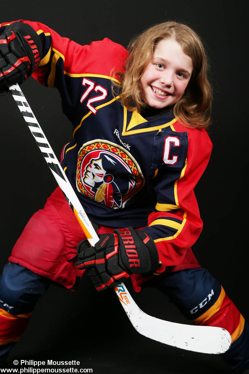 Jeune avec son équipement de hockey