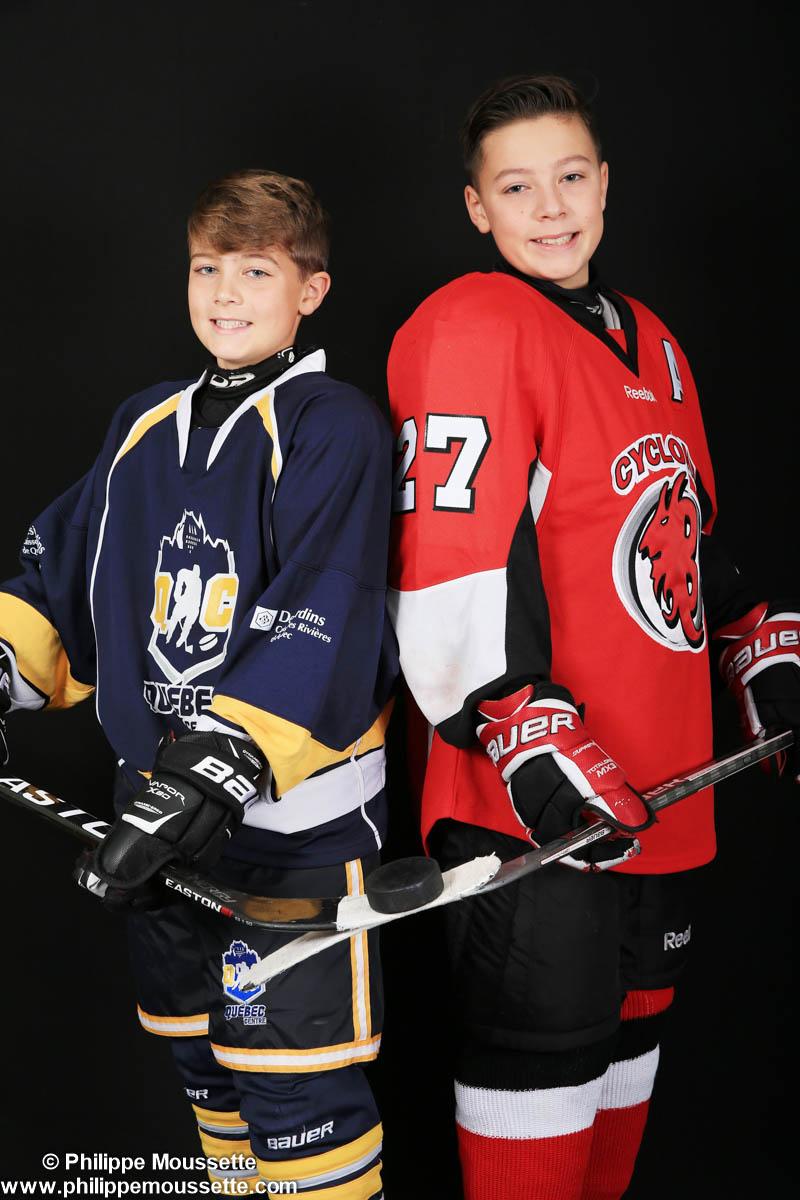 Deux garçons habillés en hockey
